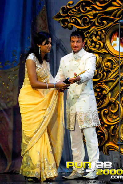 Peter Andre presenting Best Playback singer -female-Shreya Ghosal for Singh is King at IIFA Awards