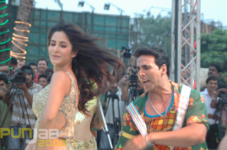 Things just got hotter in India when Tees Maar Khan Akshay Kumar, sultry actress and co-star Katrina Kaif and maverick filmmaker Farah Khan came together for the Provogue Tees Maar Khan Beach Party at Juhu Beach, Mumbai