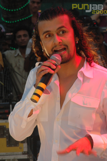 Sonu Niigaam SInging Tees Maar Khan