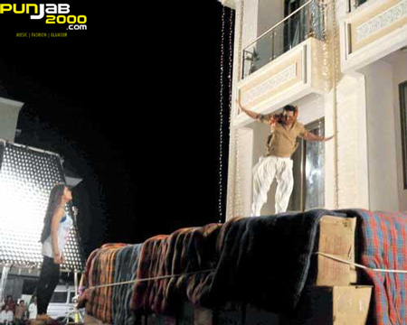 Lights, Camera, Action... Akshay Kumar Takes A Leap From The Sky in Khiladi 786.