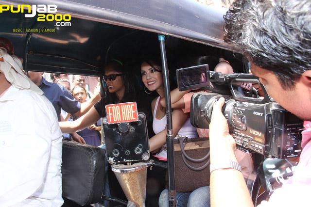 Sunny-Leone-Auto-Rickshaw-2
