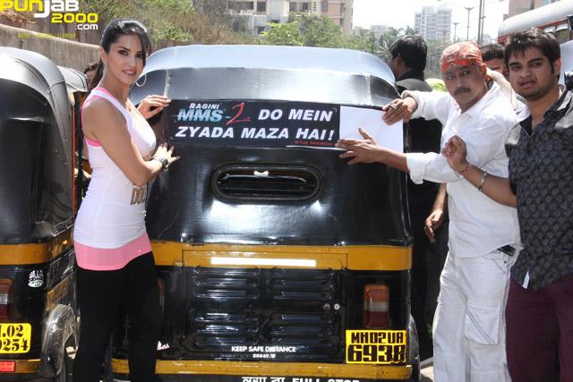 Sunny-Leone-Auto-Rickshaw-4