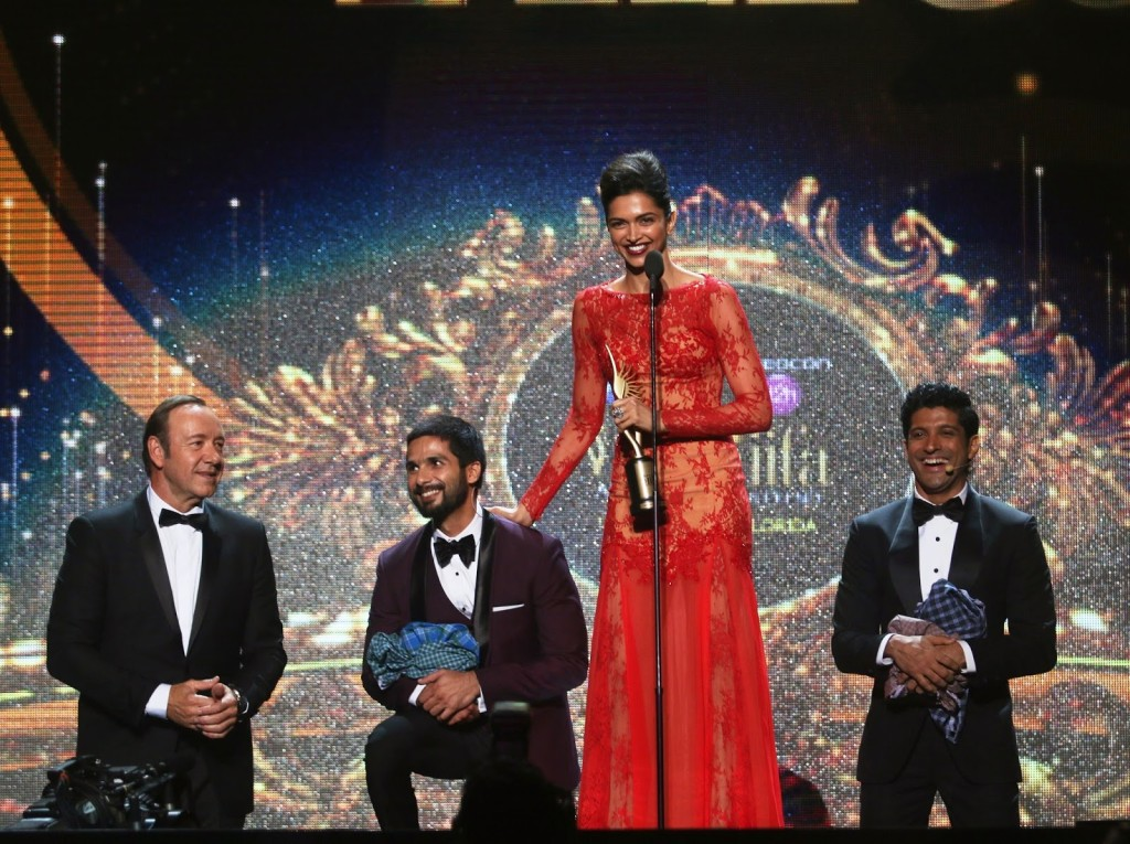 The vivacious Deepika Padukone accepts her Videocon Super Entertainer of the year award with Kevin Spacey, Farhan Akhtar and Shahid Kapoor_1