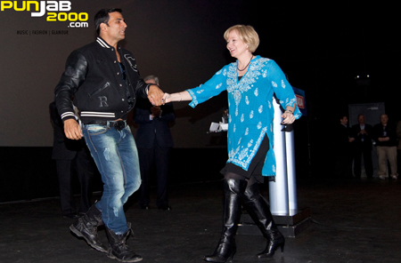 Bollywood superstar, Akshay Kumar, makes Canadian Prime Minister's wife dance to the tune of 'Pyaar Do Pyaar Lo' at 'Thank You' Premiere in Canada.