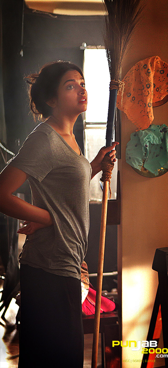 Deepika-Padukone_Seven-Looks-in-PIKU_Look-5-Cleaning-Up-the-House