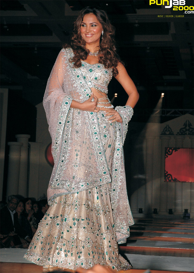 Bollywood-Actress-and-Miss-Universe-2000,-Lara-Dutta-on-stage-in-a-Anjalee-And-Arjun-Kapoor-ivory-lehnga