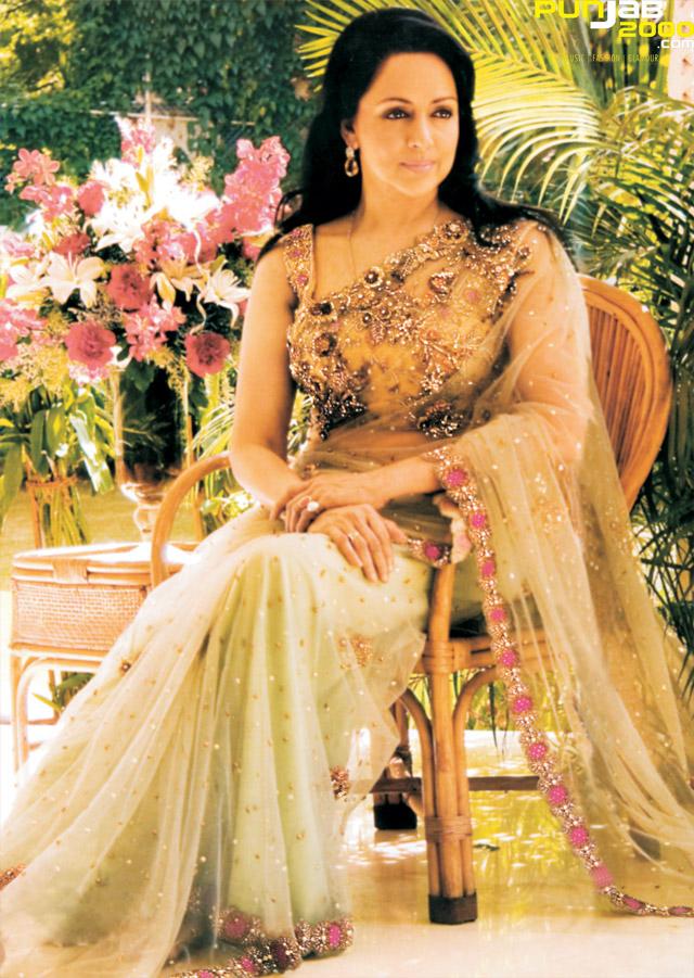 Bollywood-Icon-Hema-Malini-wearing_Anjalee-And-Arjun-Kapoor