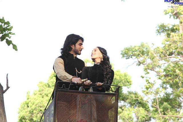 Imran-Abbas-and-Pernia-Qureshi-in-Jaanisar